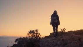 Η ώριμη γυναίκα στην περιπέτεια πεζοπορίας αναρριχείται στην κορυφή του βουνού απόθεμα βίντεο