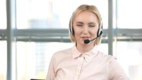 Η ώριμη γυναίκα υπάλληλος εργάζεται στο τηλεφωνικό κέντρο απόθεμα βίντεο