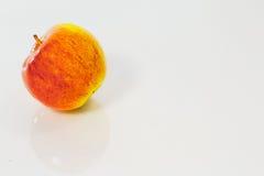 Η ώριμη κόκκινη και κίτρινη Apple που απομονώνεται στο άσπρο υπόβαθρο Στοκ Εικόνες