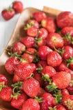 Η ώριμη κόκκινη φράουλα σε έναν δίσκο σε ένα άσπρο υπόβαθρο, βλέπει μεγάλο Στοκ φωτογραφίες με δικαίωμα ελεύθερης χρήσης