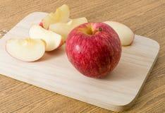 Η ώριμη κόκκινη Apple σε έναν ξύλινο δίσκο Στοκ Εικόνα