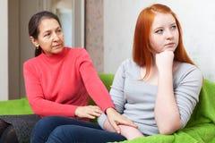 Η ώριμη μητέρα ζητά τη συγχώρεση από την κόρη στοκ εικόνες