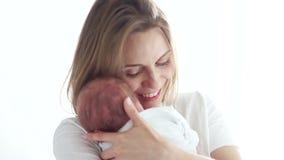 Η ώριμη μητέρα κρατά το νεογέννητο μωρό ύπνου της στα όπλα της surrogacy IVF Μωρό σωλήνων δοκιμής φιλμ μικρού μήκους