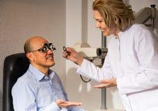 Η ώριμοι γυναίκα και ο άνδρας αποσύρθηκαν την όραση ελέγχου οφθαλμολόγων στην κλινική στοκ φωτογραφίες με δικαίωμα ελεύθερης χρήσης