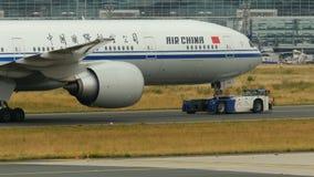 Η Air China Boeing 777-300 ER ρυμουλκείται στον αερολιμένα της Φρανκφούρτης Αμ Μάιν απόθεμα βίντεο