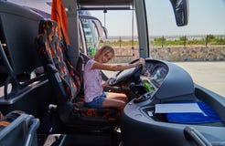 Η Alice οδηγεί το λεωφορείο Στοκ Φωτογραφία