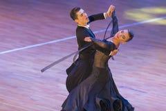 Η Anna Sneguir και η Ηλεία Shvaunov εκτελούν το τυποποιημένο πρόγραμμα νεολαίας για το διεθνές WR φλυτζάνι χορού WDSF Στοκ εικόνα με δικαίωμα ελεύθερης χρήσης