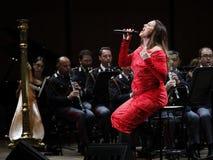 Η Annalisa Minetti τραγουδά στη σκηνή Στοκ Εικόνες