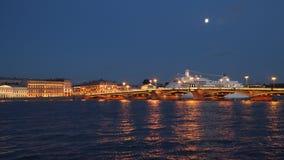 Η Annunciation γέφυρα και το σκάφος της γραμμής κρουαζιέρας νύχτα Στοκ εικόνες με δικαίωμα ελεύθερης χρήσης