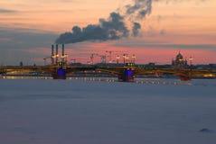 Η Annunciation Schmidt ` s υπολοχαγών γεφυρών γέφυρα στο φωτισμό βραδιού στα πλαίσια ενός χειμερινού ηλιοβασιλέματος Sain Στοκ φωτογραφία με δικαίωμα ελεύθερης χρήσης