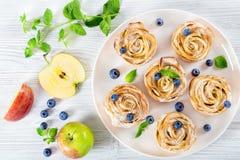 Η Apple αυξήθηκε κέικ ή cupcake και βακκίνιο, τοπ άποψη Στοκ φωτογραφία με δικαίωμα ελεύθερης χρήσης