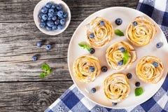 Η Apple αυξήθηκε κέικ ή cupcake και βακκίνιο, τοπ άποψη Στοκ Φωτογραφία