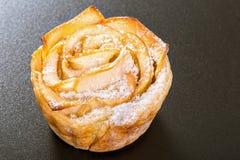 Η Apple αυξήθηκε κέικ ή cupcake σε ένα μαύρο υπόβαθρο Στοκ Φωτογραφία