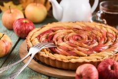 Η Apple αυξήθηκε ξινός Νόστιμη σπιτική πίτα που εξυπηρετείται με το τσάι και τα μήλα Στοκ Εικόνα