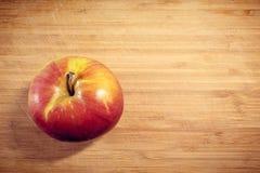 Η Apple δεν είναι φρέσκια που ξεφλουδίζεται σε έναν ξύλινο πίνακα Βιταμίνη, υγιή τρόφιμα στοκ φωτογραφία με δικαίωμα ελεύθερης χρήσης