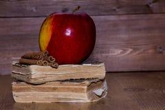 Η Apple είναι κόκκινη σε έναν σωρό των παλαιών βιβλίων Στοκ εικόνα με δικαίωμα ελεύθερης χρήσης