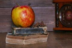 Η Apple είναι κόκκινη σε έναν σωρό των παλαιών βιβλίων Στοκ φωτογραφίες με δικαίωμα ελεύθερης χρήσης