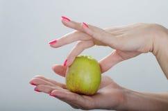 Η Apple είναι στα χέρια γυναικών Στοκ φωτογραφία με δικαίωμα ελεύθερης χρήσης