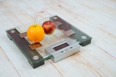 Η Apple και ένα πορτοκάλι είναι στις κλίμακες Στοκ φωτογραφίες με δικαίωμα ελεύθερης χρήσης