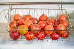 Η Apple και το καλάθι φρούτων Στοκ Φωτογραφία