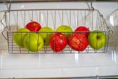 Η Apple και το καλάθι φρούτων Στοκ Φωτογραφίες