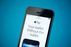 Η Apple πληρώνει αναγγέλλει στο iPhone της Apple 5S Στοκ φωτογραφίες με δικαίωμα ελεύθερης χρήσης