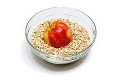Η Apple στη βρώμη ξεφλουδίζει σε ένα κύπελλο γυαλιού (μπροστινή άποψη, γκρίζος τόνος) Στοκ εικόνα με δικαίωμα ελεύθερης χρήσης