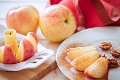 Η Apple τεμαχίζεται στις σφήνες με την κανέλα Στοκ Εικόνες