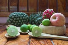 Η Apple, τρώει και φρούτα Στοκ Εικόνες