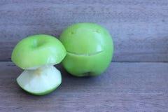 Η Apple χάρασε με ένα μαχαίρι, ένα όμορφο χαμόγελο σε ένα γκρίζο backgroun Στοκ φωτογραφία με δικαίωμα ελεύθερης χρήσης