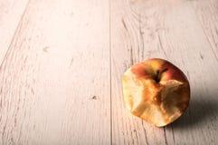 Η Apple χρησιμοποίησε τα δόντια στο δάγκωμα σε ξύλινο Στοκ εικόνες με δικαίωμα ελεύθερης χρήσης