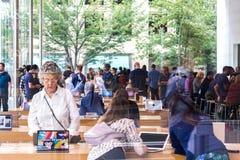 Η Apple Store μέσω της προθήκης Στοκ φωτογραφία με δικαίωμα ελεύθερης χρήσης