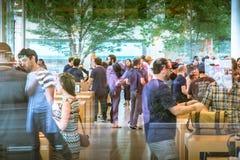 Η Apple Store μέσω της προθήκης Στοκ εικόνες με δικαίωμα ελεύθερης χρήσης