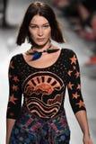 Η Bella Hadid περπατά το διάδρομο για τη επίδειξη μόδας της Anna Sui Στοκ φωτογραφία με δικαίωμα ελεύθερης χρήσης