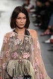 Η Bella Hadid περπατά το διάδρομο για τη επίδειξη μόδας της Anna Sui Στοκ Εικόνες