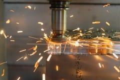 Η CNC μηχανή άλεσης που κόβει το μέρος φορμών στοκ εικόνα με δικαίωμα ελεύθερης χρήσης