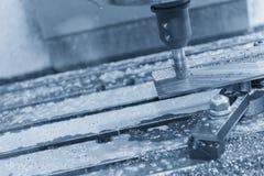 Η CNC μηχανή άλεσης που κόβει το μέρος δειγμάτων Στοκ Φωτογραφίες