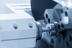 Η CNC μηχανή τόρνου που αλέθει το διαμέτρημα δαχτυλιδιών μετάλλων στοκ εικόνες με δικαίωμα ελεύθερης χρήσης