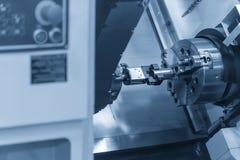 Η CNC μηχανή τόρνου που θέτει τα κομμάτια εργασίας Στοκ Φωτογραφίες