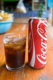 Η Coca-Cola μπορεί να πιει και ένα γυαλί του κοκ με τους κύβους πάγου Στοκ φωτογραφία με δικαίωμα ελεύθερης χρήσης