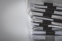 Η extreamely στενή επάνω συσσώρευση εγγράφου εκθέσεων της εργασίας γραφείων Στοκ Φωτογραφία