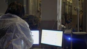 Η Farmer κάνει την έκθεση για το εργοστάσιο και τα δεδομένα εισόδου στον υπολογιστή φιλμ μικρού μήκους