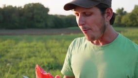 Η Farmer κόβει και τρώει το καρπούζι στον τομέα του οργανικού αγροκτήματος απόθεμα βίντεο