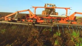 Η Farmer στα εδαφολογικά άροτρα Ρωσία τρακτέρ steadicam νεύει τη γεωργία το έδαφος προετοιμάζοντας το έδαφος με τον καλλιεργητή φ φιλμ μικρού μήκους