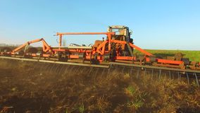Η Farmer στα εδαφολογικά άροτρα Ρωσία τρακτέρ steadicam νεύει τη γεωργία το έδαφος προετοιμάζοντας το έδαφος με τον καλλιεργητή φ απόθεμα βίντεο