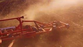 Η Farmer στο τρακτέρ οργώνει steadicam το σε αργή κίνηση χώμα γεωργίας της Ρωσίας το έδαφος προετοιμάζοντας το έδαφος με τον καλλ φιλμ μικρού μήκους