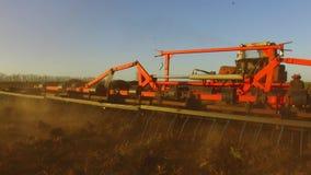 Η Farmer στο χώμα τρακτέρ οργώνει steadicam τη γεωργία κινήσεων το έδαφος Ρωσία προετοιμάζοντας το έδαφος με τον καλλιεργητή φυτω απόθεμα βίντεο