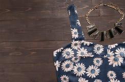 Η Floral φανέλλα και το περιδέραιο είναι στο ξύλινο υπόβαθρο Στοκ φωτογραφία με δικαίωμα ελεύθερης χρήσης