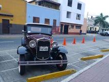 Η Ford δύο πόρτες που εκτίθενται τα εκλεκτής ποιότητας αυτοκίνητα παρουσιάζει στην περιοχή Pueblo Libre της Λίμα Στοκ φωτογραφίες με δικαίωμα ελεύθερης χρήσης