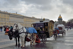 Η horse-drawn μεταφορά στο τετράγωνο παλατιών Στοκ Εικόνες